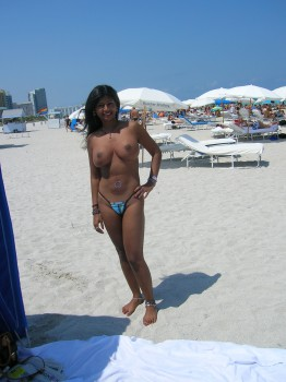 Hot Girl on Honemoon Showing her Nude Body on Beach Nude Photos